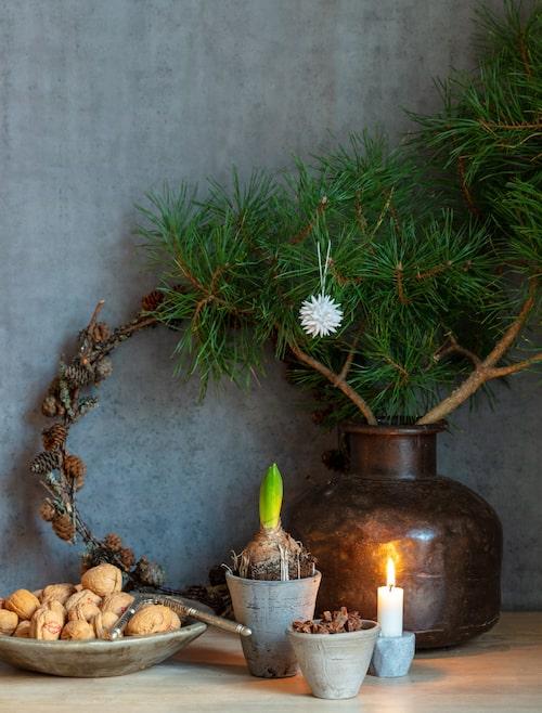 I tallen julhänge Kotte, 68 kronor, Iris Hantverk. Små krukor, 39 kronor. Marmorfat, 649 kronor, brun vas, 595 kronor, Souosofie. Liten grå ljusstake, 79 kronor, Granit.