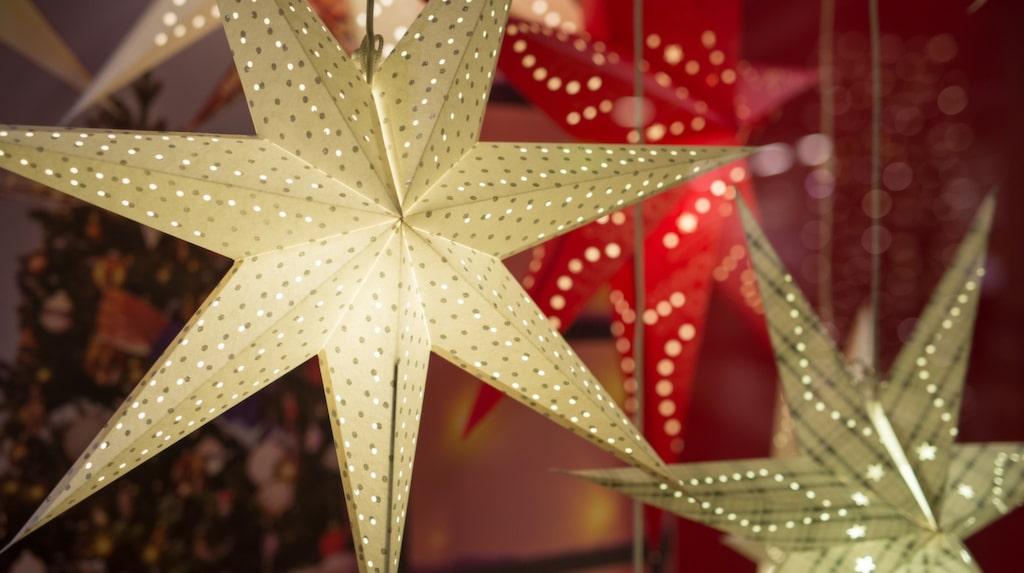 Se till så att lampan i julstjärnan är centrerad och inte går emot papperet.