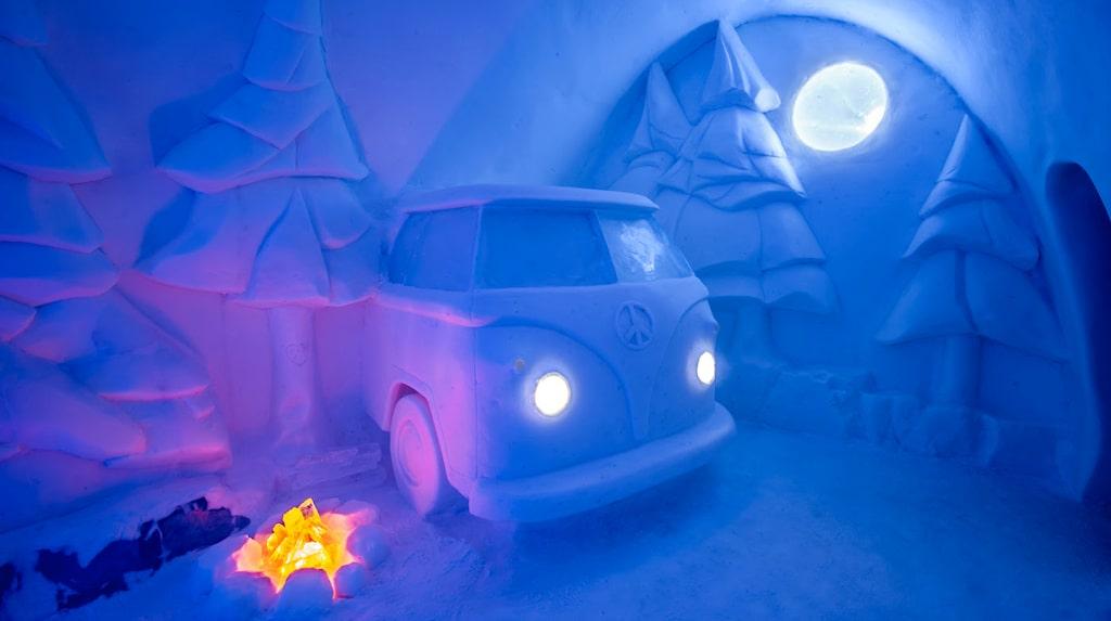 """Christopher Pancoe och Jennie O'Keefe har skapat en """"lägereld"""" av is på tältplatsen."""