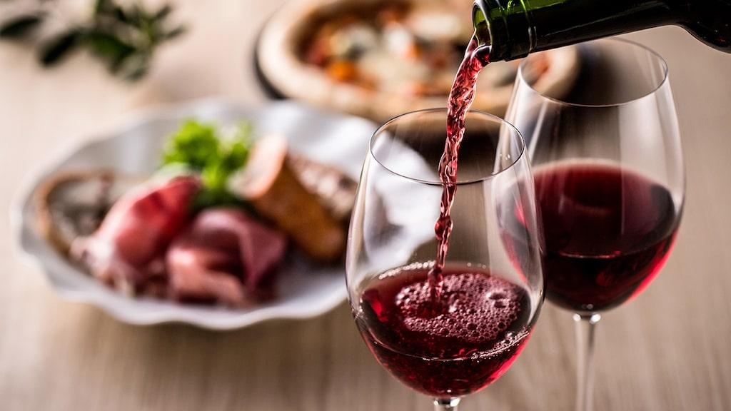 Servera hellre rött vin lite för svalt eftersom temperaturen stiger snabbt i glaset.