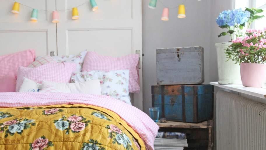 MOBILBILDEN: God morgon. Claras sänggavel består av gamla spegeldörrar som står lutade mot väggen. Ljusslingan fixar du enkelt själv med färgglada pappersmuggar och en vanlig ljusslinga.
