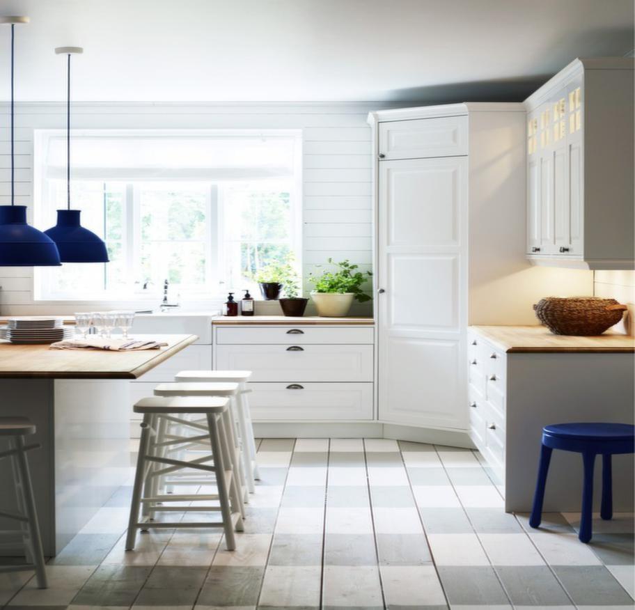 """<strong>Alice Vit, Vedum</strong><br><span style=""""text-decoration: underline;"""">Gammaldags stil</span><br>Ett lantkök med detaljer som hörnskafferi, öppna hyllor, vitrin och köksö. Passar dig som vill ha ett kök i gammaldags stil. Ingår i Vedums köksnyheter för 2013.<br>Pris: cirka 100 500 kronor exklusive vitvaror, blandare och bänkskivor."""