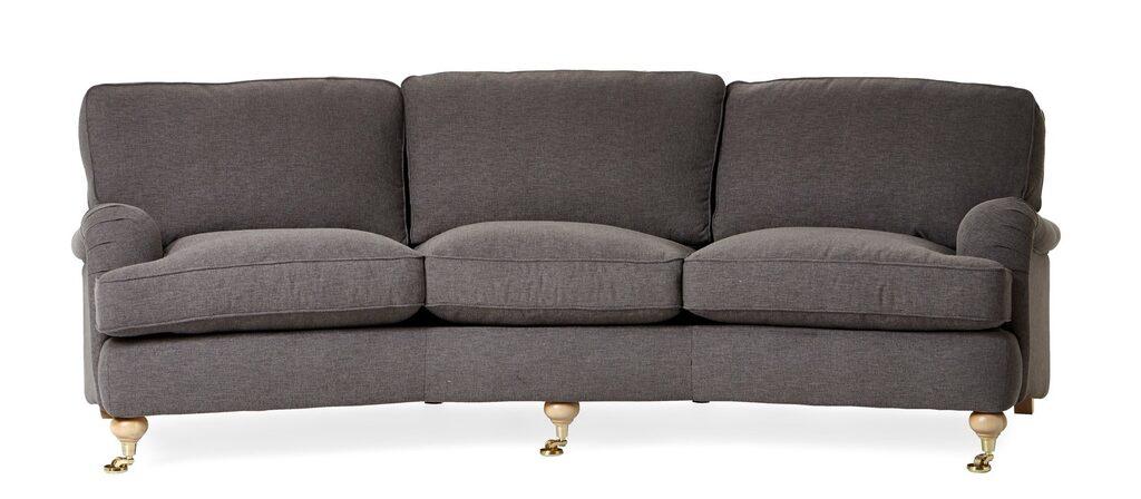 Svängd 3-sits soffa, Oxford Delux, i tyg Theo sand med fast klädsel, plymåer med fjäderblandning och ben/hjul i svart/krom, B 253, D 98/120, H 85 cm. Ordinarie pris: 19995 kronor. Mellandagspris: 9997 kronor.