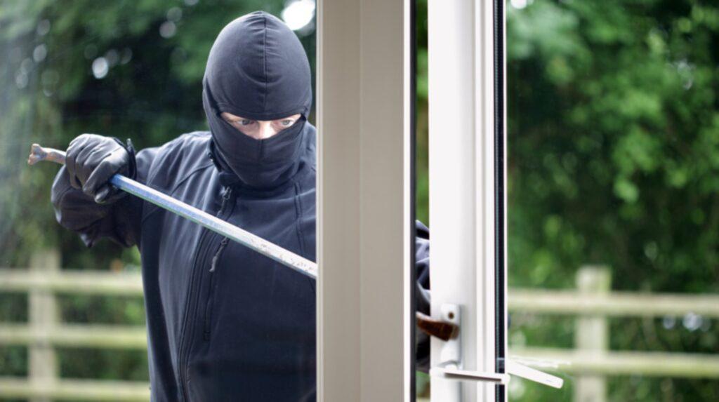 Semestern är ett bra läge för inbrottstjuven att slå till.