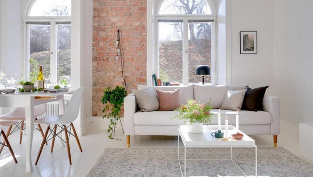 Lyxig drömsoffa! Ikea-klassikern Karlstad matchad med möbelbenen Estelle i ask och mässing från Prettypegs.