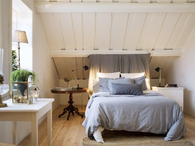 Sovrummet. Sänggaveln har Anders och Annika gjort själva. Sovrummet ligger på det som tidigare var en råvind, och endast innehöll en liten pigkammare.