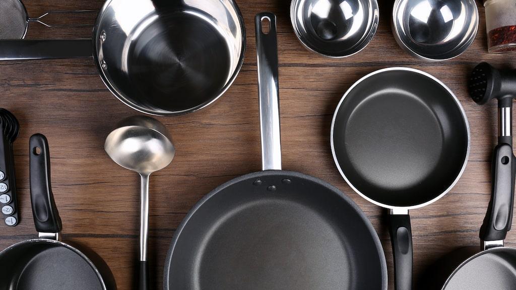 Ja, det är lätt att bränna fast mat i stekpannan eller kastrullen. Men det finns ett enkelt husmorsknep som råder bot på problemet!