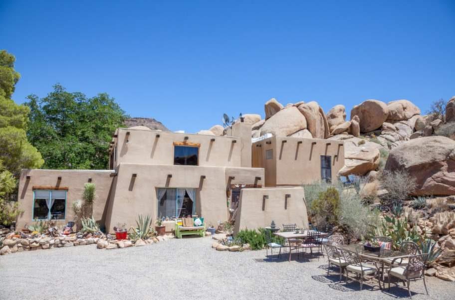 Här kan du hyra in dig i ett hobbitliknande stenpalats i ett ökenområde Kalifornien, USA. Rummen är huggna i sten och är personligt inredda.
