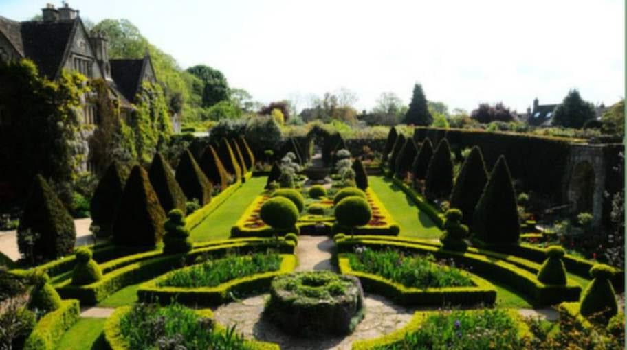 På Malmesbury har du chansen att upptäcka trädgården med eller utan kläder.