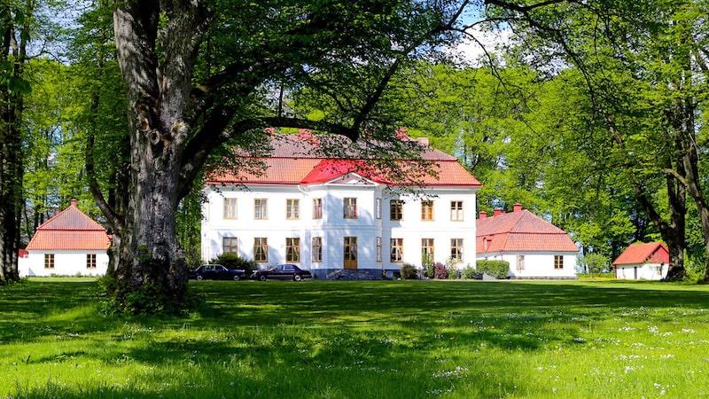 Slottet är vackert beläget i skånska Sjöbo.
