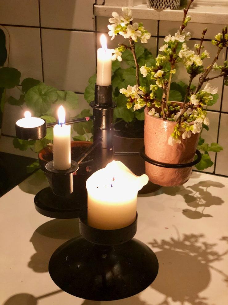 Värme och trivsel är viktigt hemma tycker Niklas. Ljusstaken är designad av Alexander Lervik.