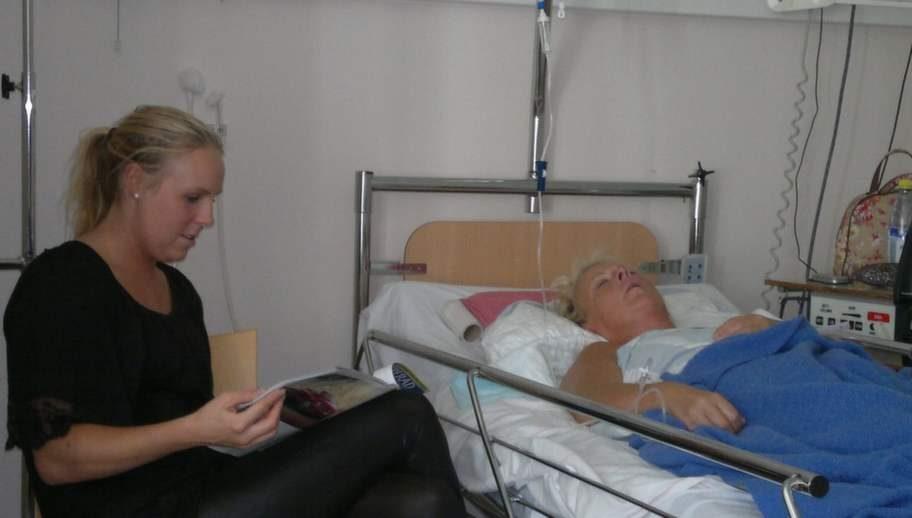 Under tiden Louise låg på sjukhus var alltid någon från familjen hos henne. Här dottern Hanna som också var med när olyckan hände.