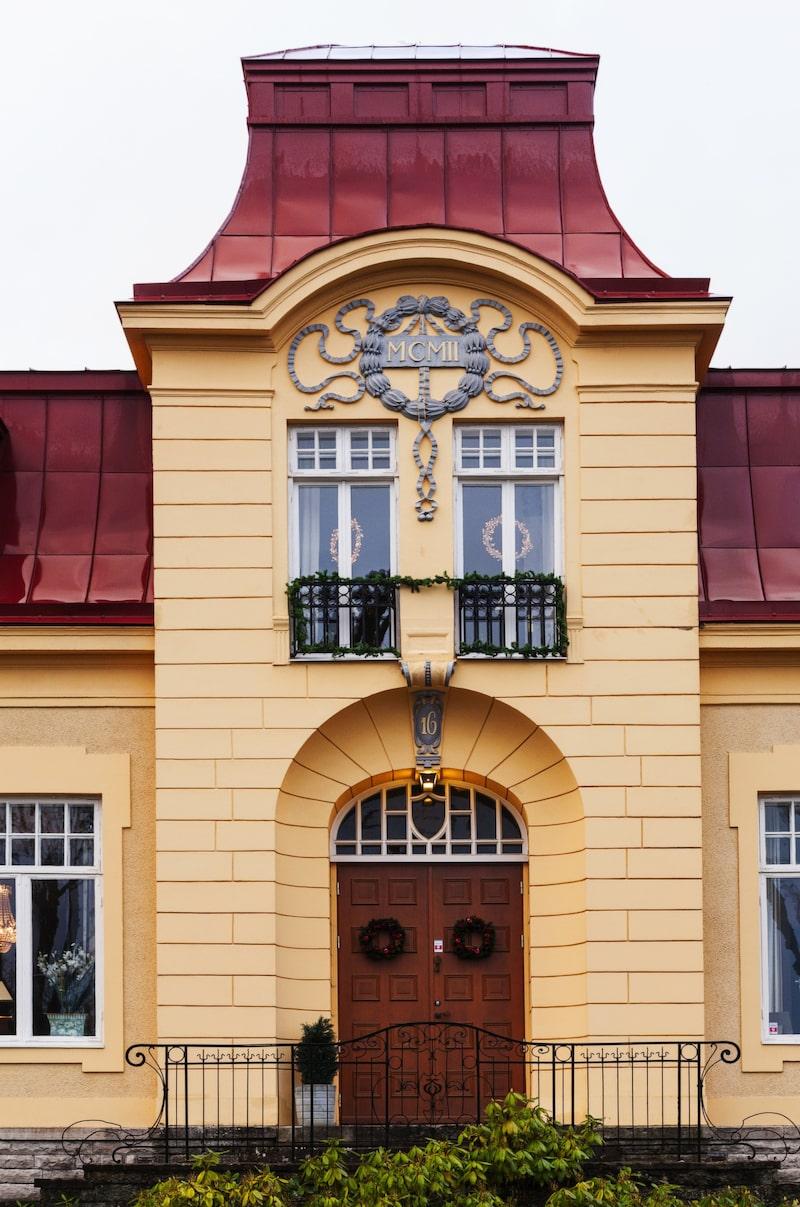 Ståtligt. Den pampiga jugendvillan står ståtligt i Vasastan i Skövde, med utsmyckningar i original från när huset byggdes 1902.