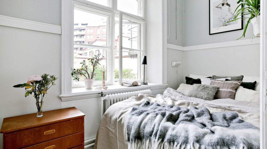 Sovrummet, även det med vackert fönster.