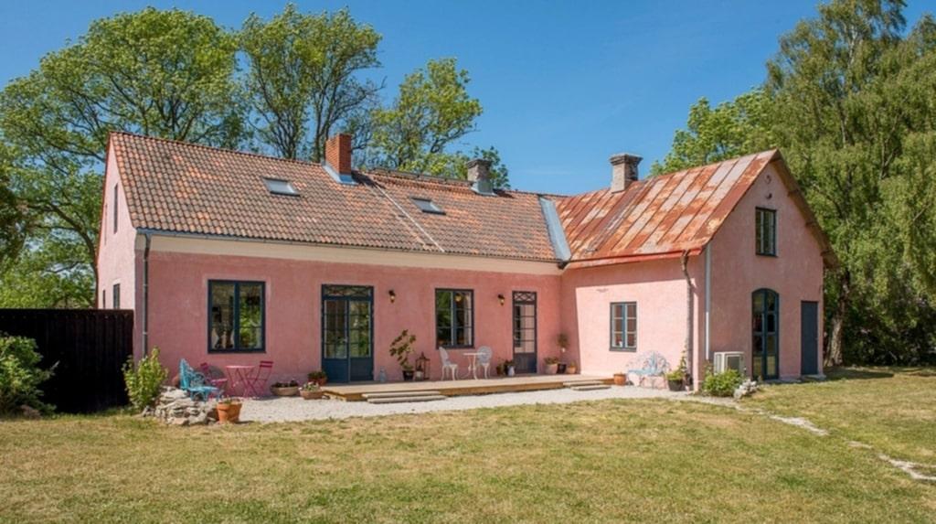 Har du alltid drömt om att bo på Gotland? Då kan den här 1700-talsgården vara något för dig.
