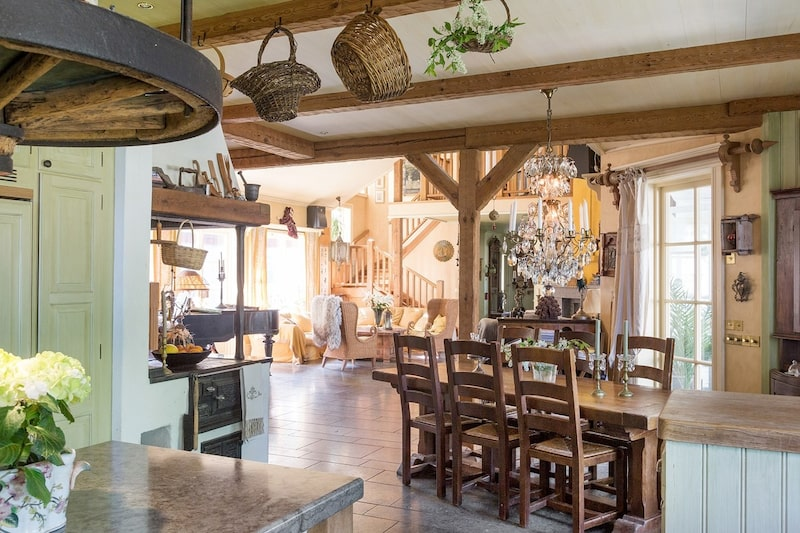 Kök med traditionell järnspis plus brasa i bordshöjd, snickerier från Lidhult samt kalksten på bänkar och köksö. Samtliga kök och våtutrymmen är inredda med engelskt porslin och fransk mässing.