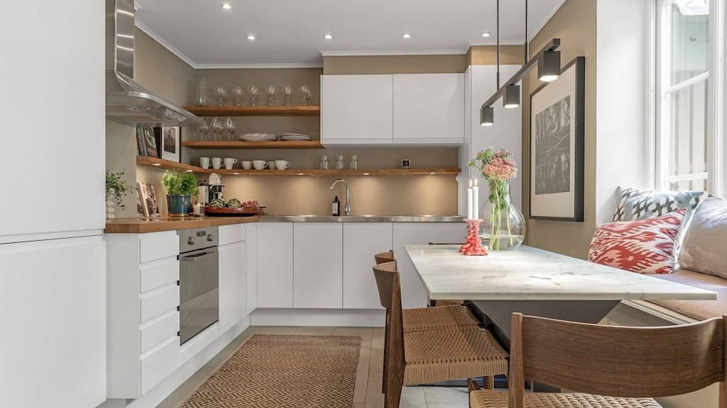 Köket är välutrustat med vitvaror i form av kyl, frys och diskmaskin från Whirpool, samt induktionshäll, ugn och fläktkåpa i rostfritt.