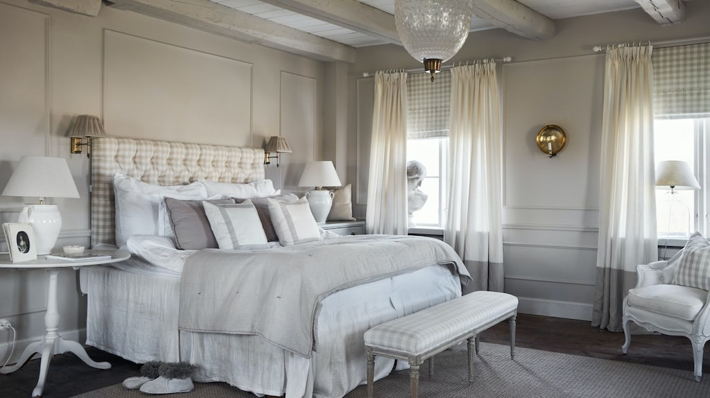 Det stora sovrummet är en före detta sal med trägolv och takbjälkar.