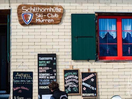 Schilthornhütte har ett fantastiskt läge i en solig gryta under Schilthorn.