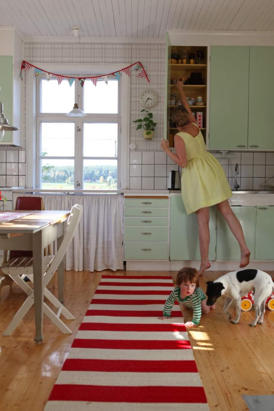 Mintgrönt. Claras kök har vedspis och bänkskivor med det klassiska mönstret Virrvarr av Sigvard Bernadotte. Det mesta i köket är begagnat, av miljöskäl och för att få en mer genuin känsla.