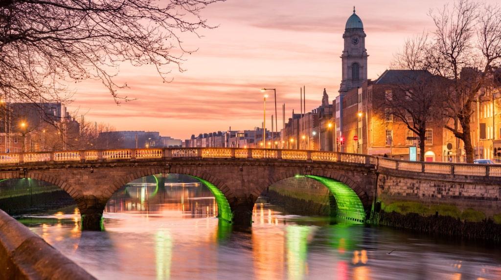 Vackra Dublin och Grattan Bridge i skymning.