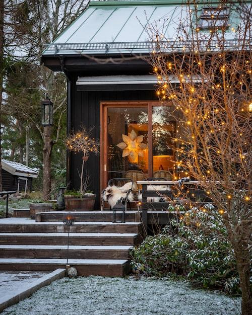 Ett stort ekfat med ljusträd skapar stämningen i trädgården vintertid.