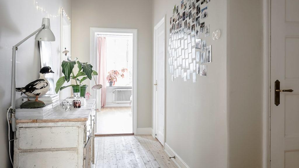 En charmig serveringsgång leder vidare till badrummet och förbinder lägenhetens båda sovrum. I den bortre delen av serveringsgången finns ett vackert tidstypiskt serveringsskåp samt två rymliga klädkammare.