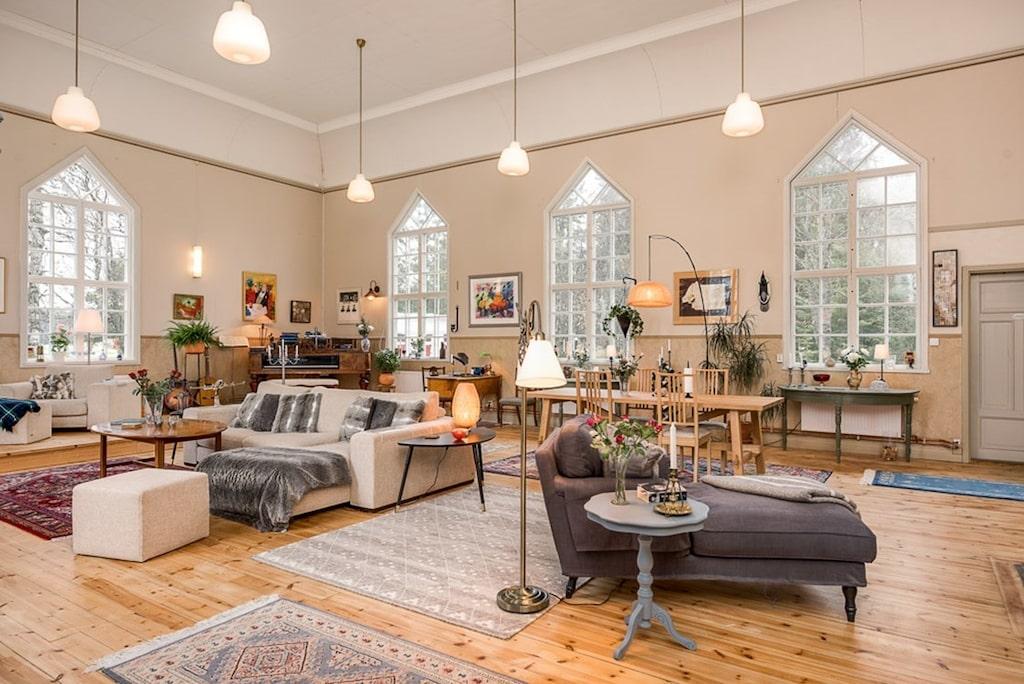 Husets hjärta är den före detta och praktfulla kyrkosalen med högt i tak och vackra fönster med karakteristisk spröjs och former.