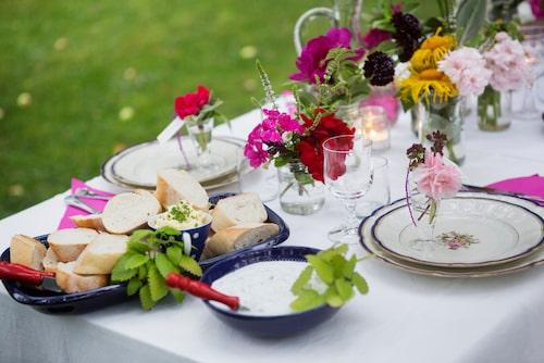 """Bjud in dina gäster på sommarens godaste middag. laga maten själv eller beställ catering., det spelar ingen roll så länge dukningen är """"hemmagjord"""". Det är okej att fuska ibland, satsa i stället på fina upplägg och dekorera med goda kryddor."""