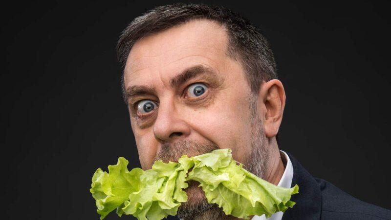 Att äta upp ogräset kan låta galet – men mycket är faktiskt ätbart.