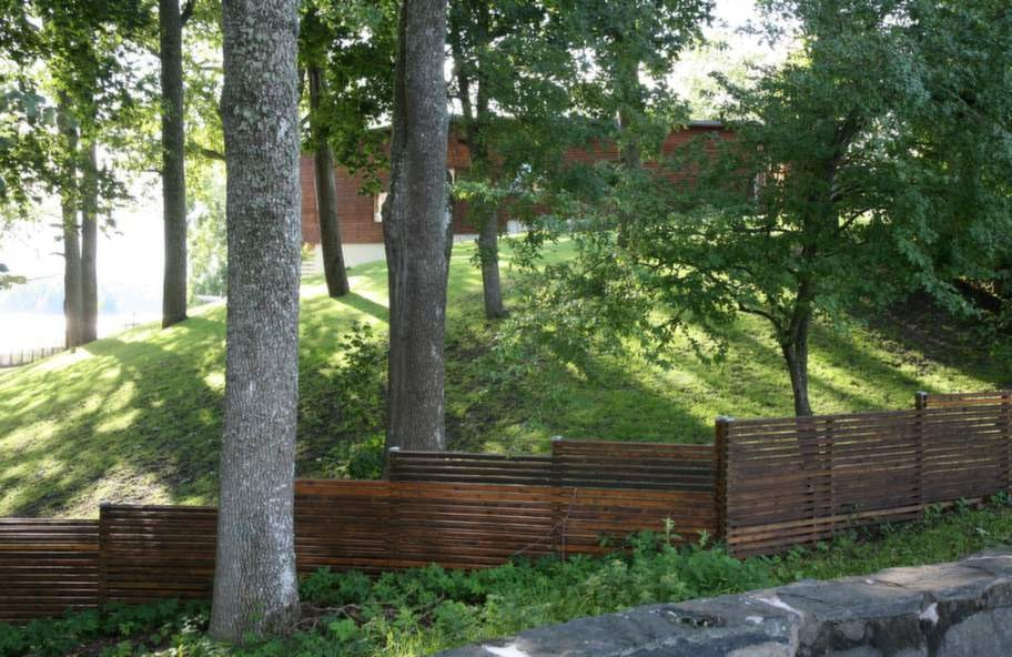 Vackert vid nivåer<br>Här visas ett lyckat exempel på hur ett staket med en enkel avtrappning kan följa markens höjdskillnad. Ytbehandlingen på träet är detsamma som på boningshusets fasad, vilket ger en fin harmoni.