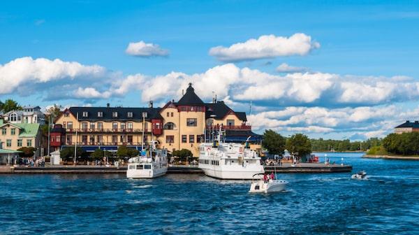 Vaxholm är en idyll med koppling till fastlandet.