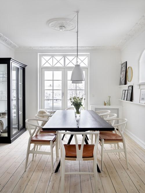 Familjen älskar matsalen och altandörrarna som står öppna från morgon till kväll under sommaren. Matbordet kommer från Invita i Århus. Vitrinskåpet kommer från Zanz Furniture.