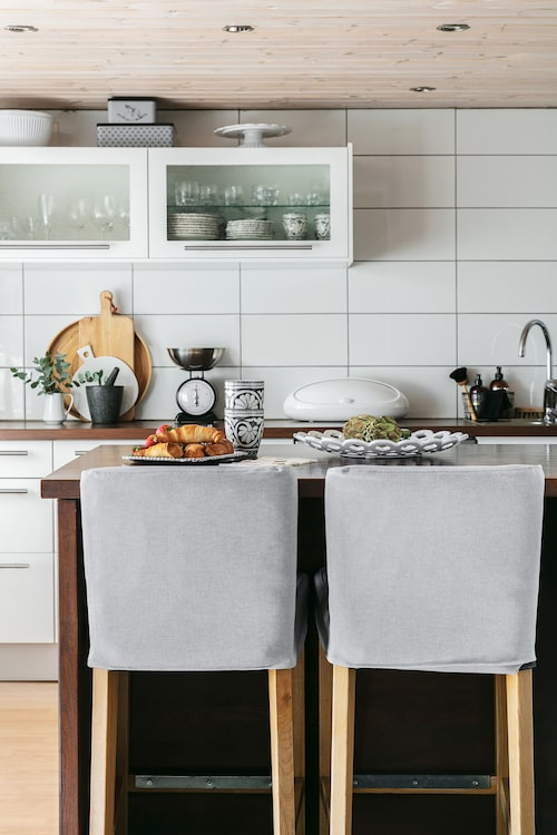 Köket har en utskjutande bardisk där både gäster och familjen kan hänga medan maten lagas. Barstolar och kök är från Ikea.