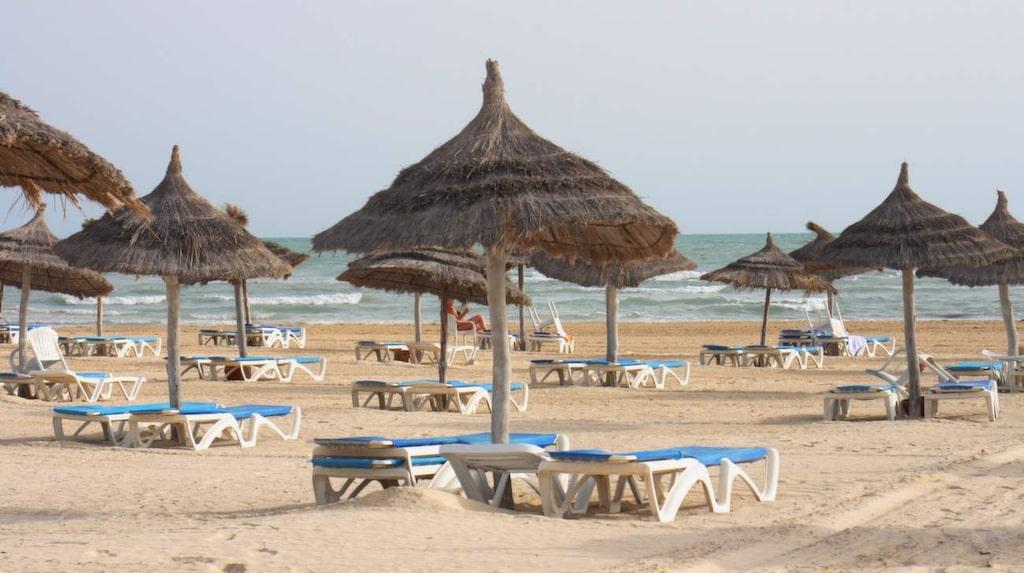 På ön Djerba finns det 124 km barnvänlig, kritvit sandstrand och vattnet är behagligt ljummet nästan året om.