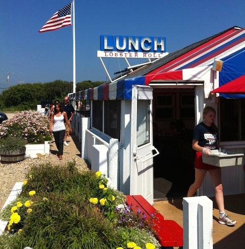 """Dinern och skaldjursvägkrogen The Lobster roll i Montauk, känd från tv-serien """"The affair""""."""