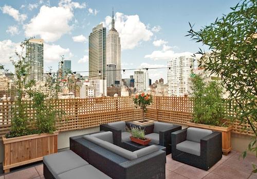 Hilton Fashion District har en mysig takbar med utsikt över Empire State Building.