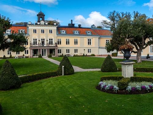 Det sobert vackra godset Södertuna har medeltida anor och två flyglar för hotelldelen.
