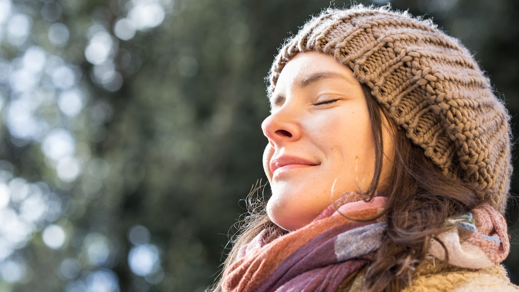 D-vitamin bildas i huden när det utsätts för solens strålar. Men det går att få i sig även via maten.