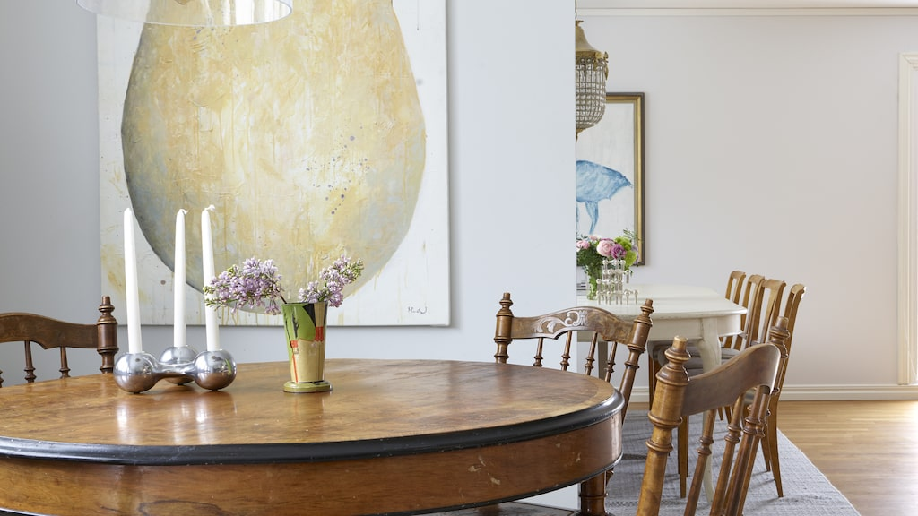 Matgruppen i köket är ett kärt fynd. Michaela gillar kontrasten mellan trästrukturen och de originalmålade svarta bårderna. Ljusstake från Georg Jensen, lampa från Sabina Grubbeson. Tavlan har Michaela målat.