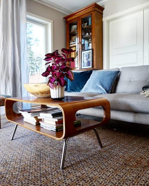 Den stora mattan är ett arvegods från en älskad mormor. Bordet i retrostil är ett Blocketfynd.
