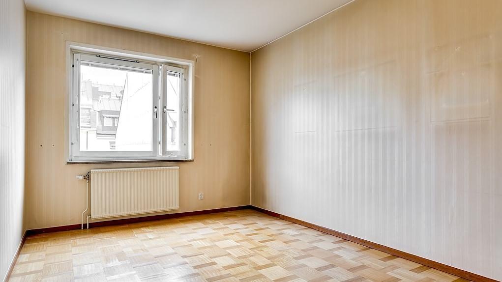 Sovrum nummer tre. Rummet har ett stort ljusinsläpp från det breda fönstret och är liksom bostadens två andra sovrum mycket lättmöblerat. Parkettgolv och ljusa väggar.