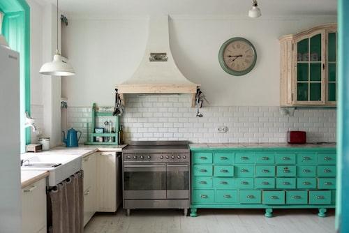 Huset har två kök. Det på övre plan är inrett med en köpmansdisk som drar blicken till sig.