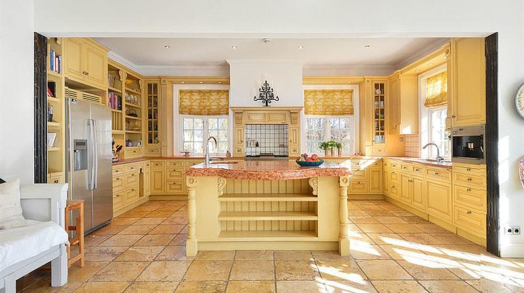 Köket är storslaget.