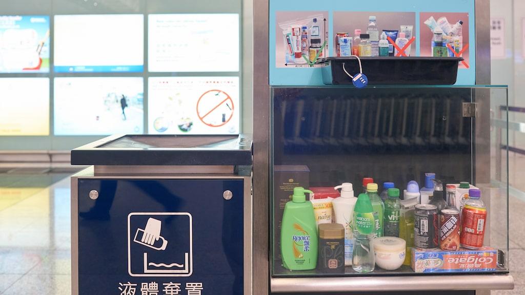 Regler kring vätskor – en vanlig syn innan säkerhetskontrollen på flygplatser.