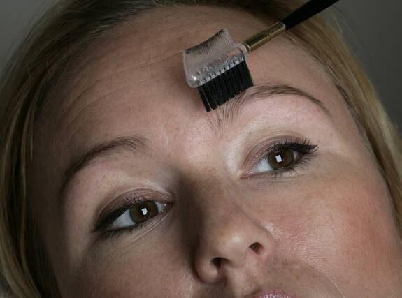 6. Borsta uppåt. Om du har lite längre hår i ögonbrynet kan du avsluta med att borsta brynet rakt uppåt.
