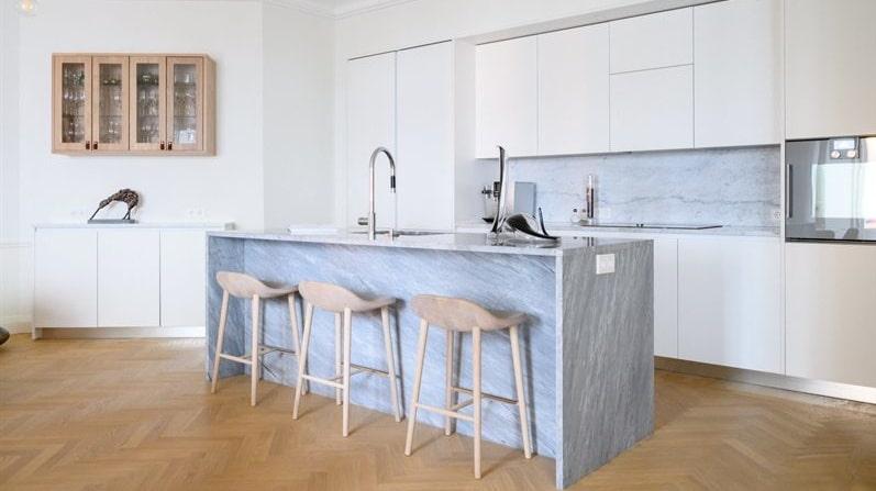 Platsbyggt kök i öppen planlösning.
