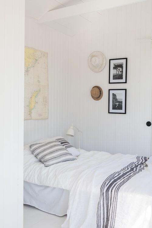 Skönt sovrum med naturen inpå knuten. Ett gammalt sjökort passar på sovrumsväggen i sommarstugan.