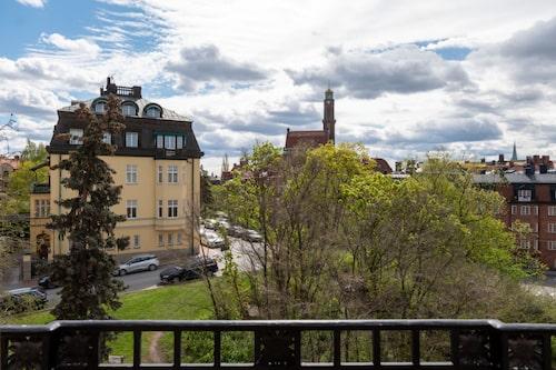 Utsikten från en av husets flera balkonger i Lärkstan på Östermalm.
