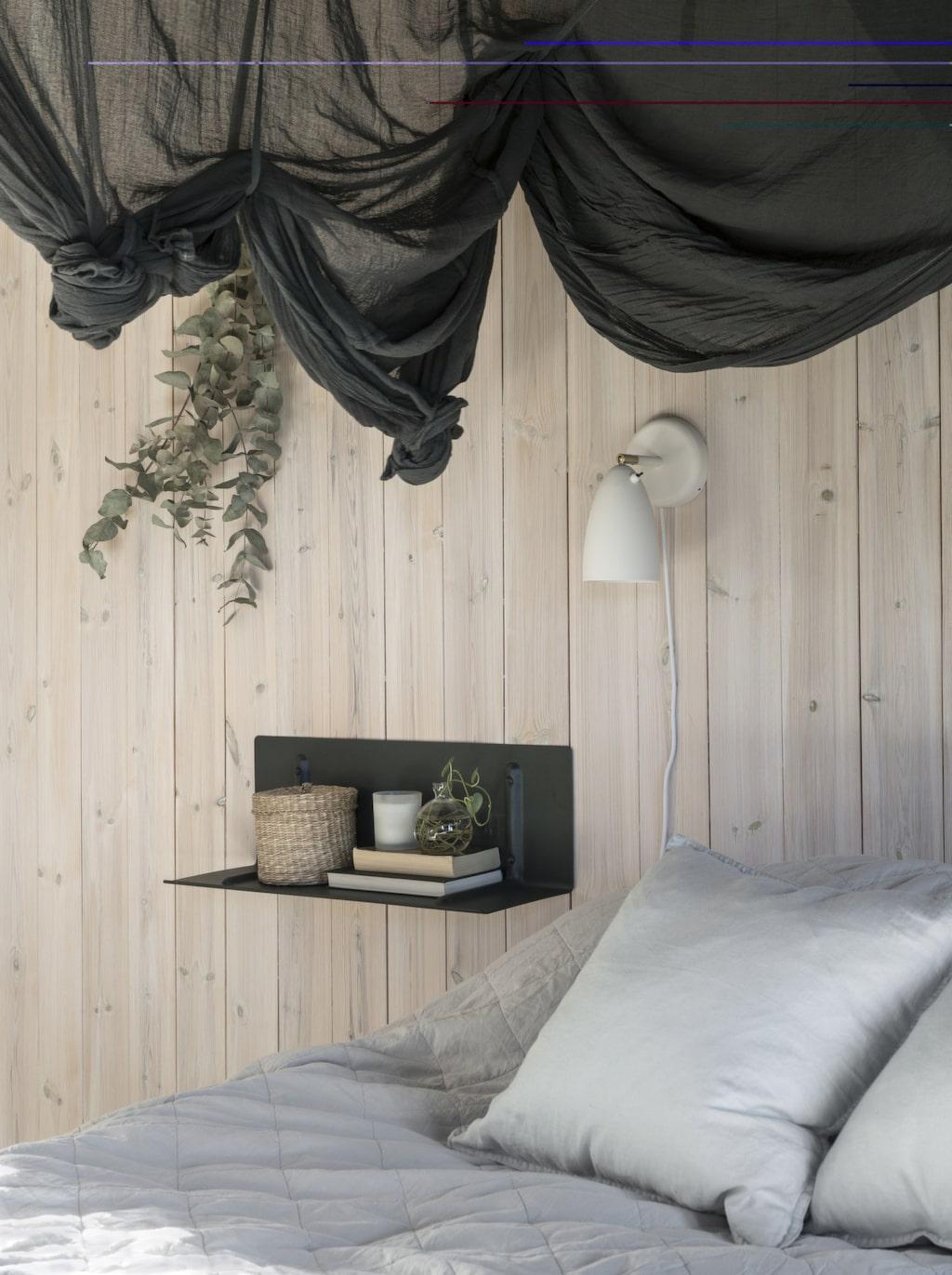 Sänglamporna är från Lampan.se, hyllan är från Hay. Doftljus från Granit. Kuddar från H&M home.